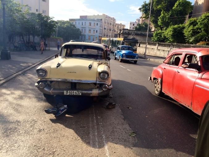Reparasjon av gammel bil i Havanna